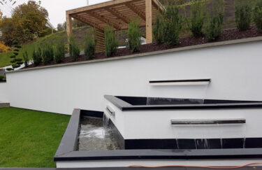 Foss i modern hage med pergola av Kebony bygget av Trest Entreprenør i oslo og akershus