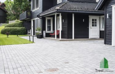 Trest entreprenør AS her har bygge Klassiske hage med støttemur, belegningsstein fra Aaltvedt