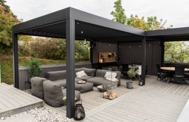 Moderne Renson pergola Camargue med lamelltak fra Utecomfort i Oslo og Akershus, Linarte kledning, Accoya terrasse, EcoSmart